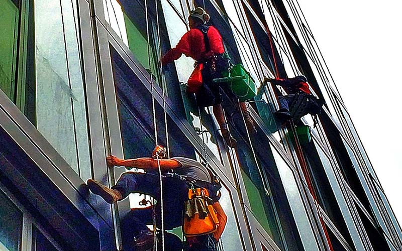 Jak prawidłowo myć okna? Najważniejsze porady