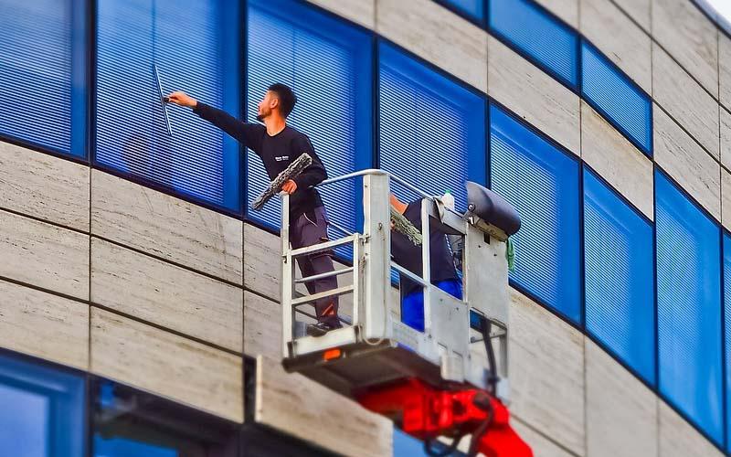 Profesjonalne mycie okien. Kiedy serwis sprzątający jest niezastąpiony?